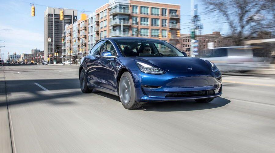 La Tesla Model 3 ha avuto un ritardo nella produzione a causa dei robot